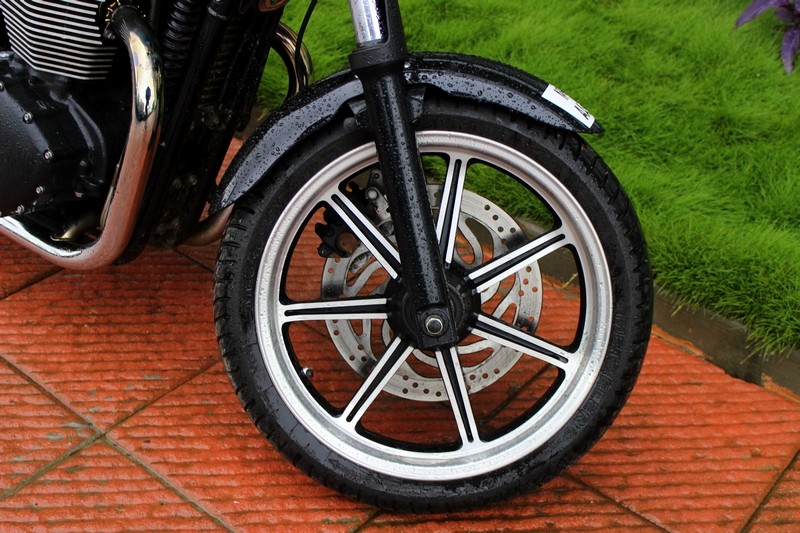 Dual-tone, 7-spoke alloy wheels