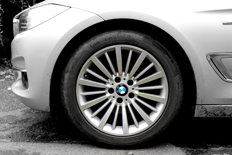 "18"" 416 style multi-spoke alloy wheels shod with 225/50 R18 tyres"
