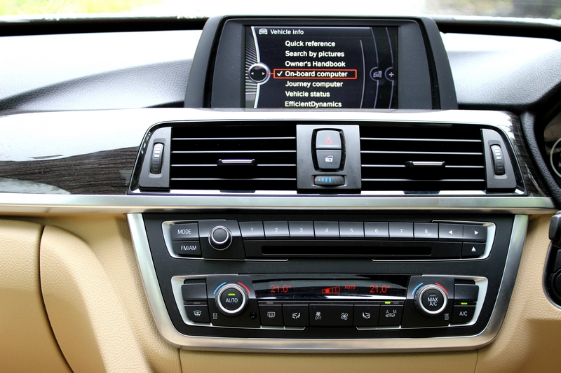 Head unit, AC controls and the infotainment screen