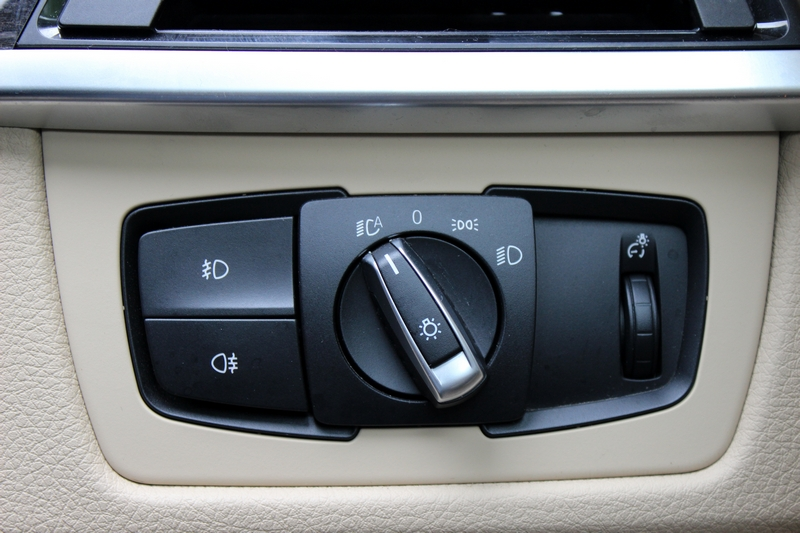 Headlamp controls to the RHS of the steering wheel
