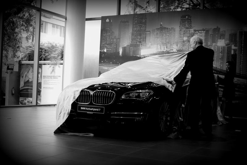 Mr. Philipp von Sahr, President, BMW Group, unveiling the BMW ActiveHybrid 7