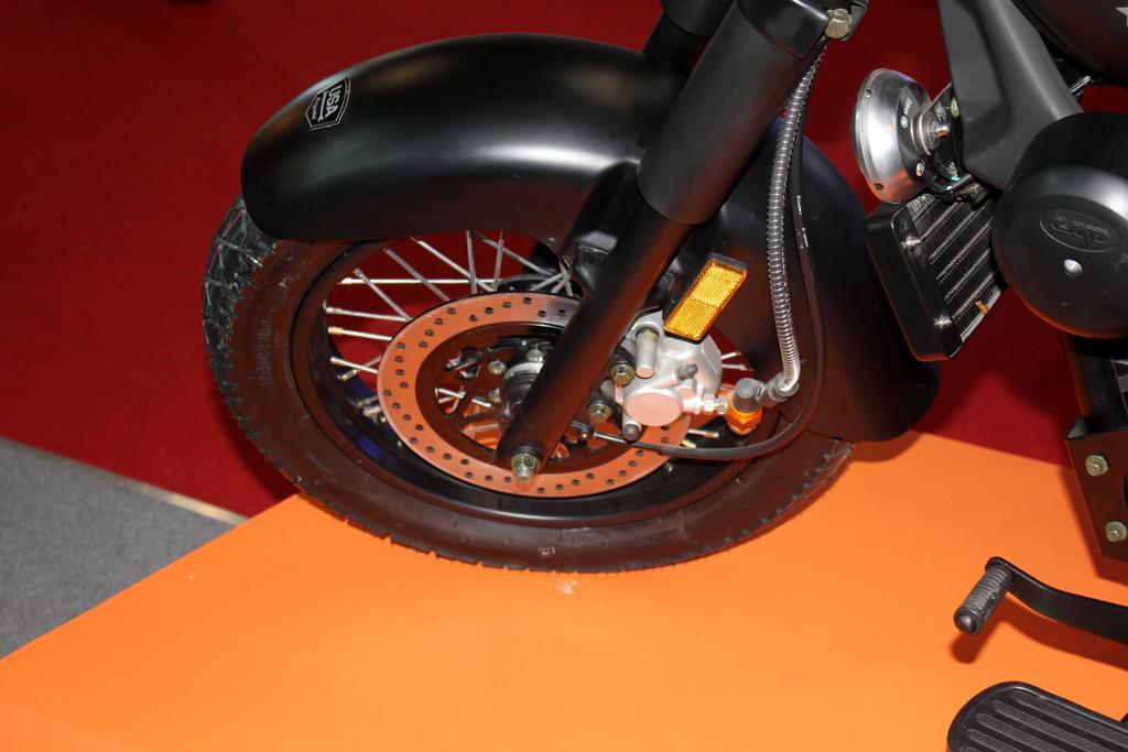 Renegade Commando front disc brake and spoke wheels