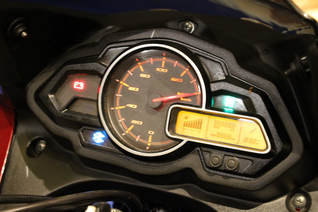 Digital + analogue instrument cluster, a tachometer would have been welcomed