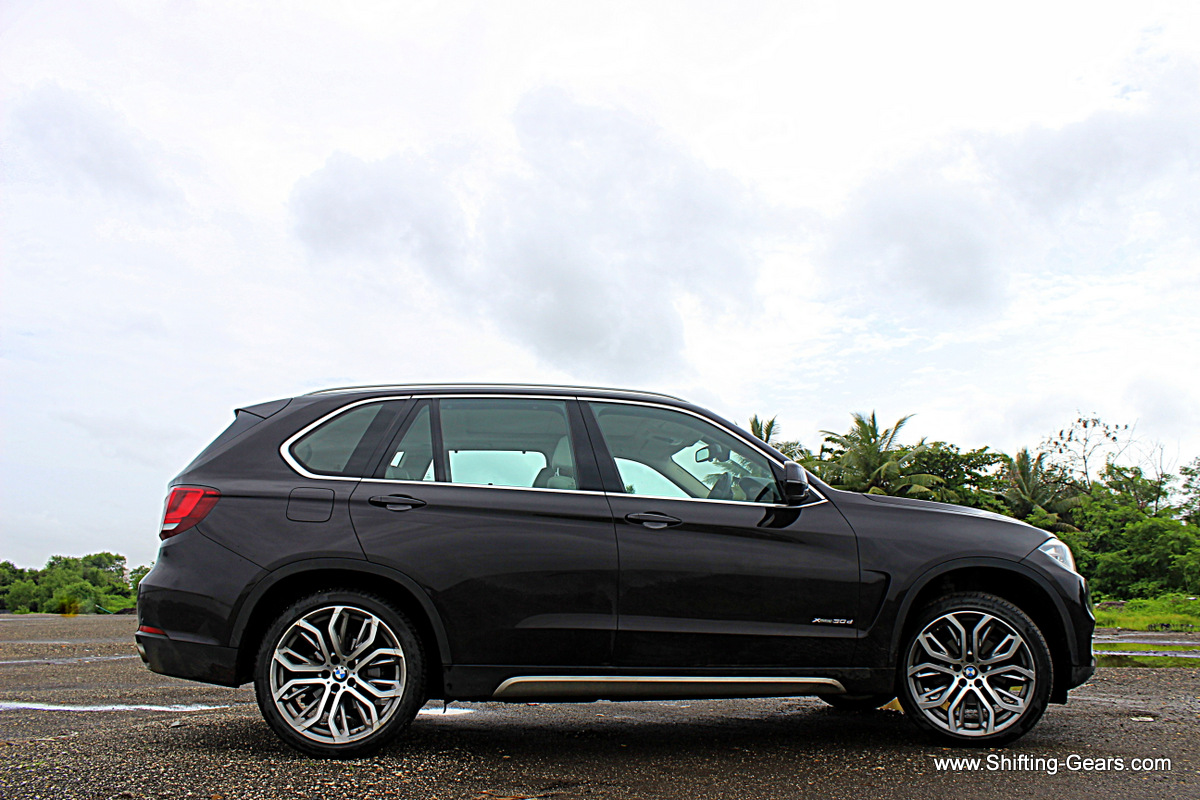 It is a 7-seater SUV, but does not look as big as the Mercedes GL Class does