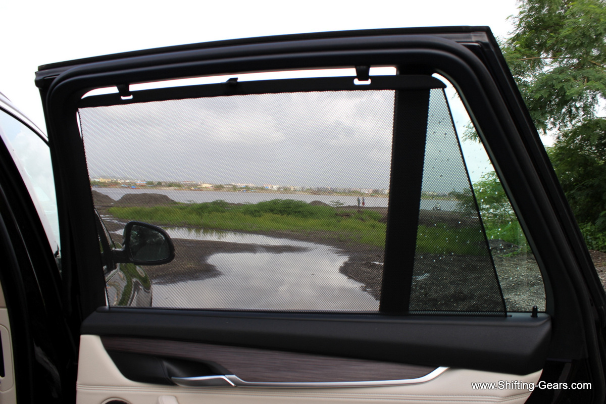 Pull-out sun shade for the rear passengers
