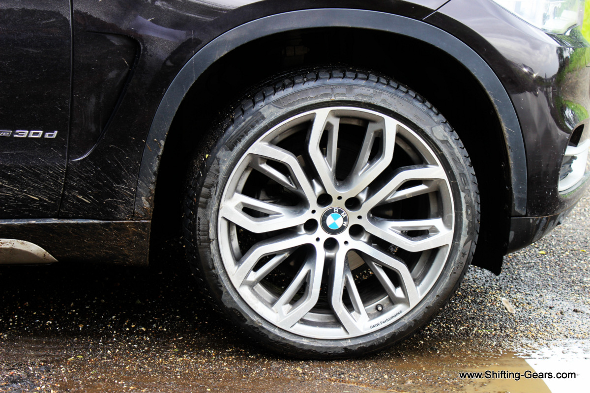 "The test car was equipped with 21"" optional alloy wheels. The stock units are 18"" double-spoke style 446 alloys shod with 255/55 R18 tyres"