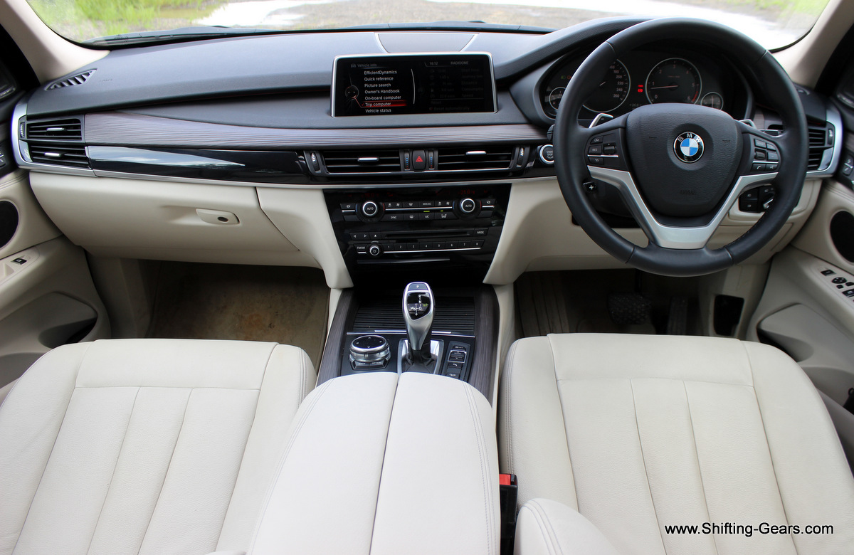 Dual tone, beige and black interior colour scheme with fine-wood trim