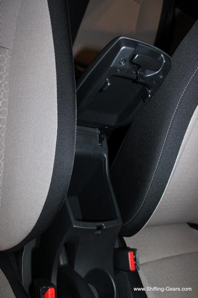 Storage space under the front centre armrest