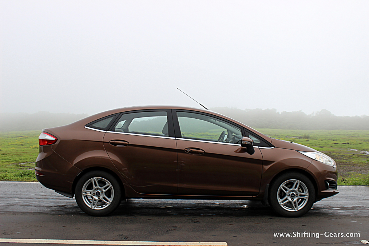 Side profile is identical to the pre-facelift model, except for the alloy wheels