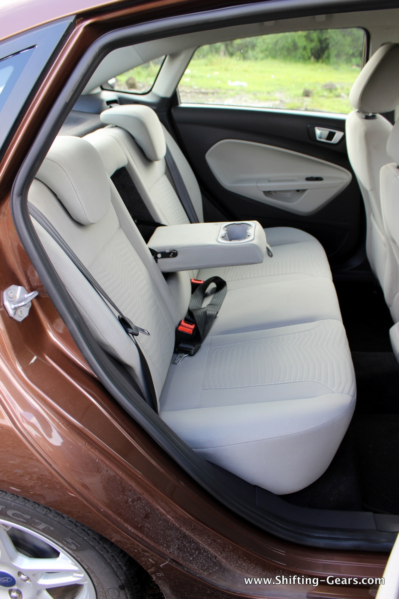 A centre armrest with cup holder for the rear passengers