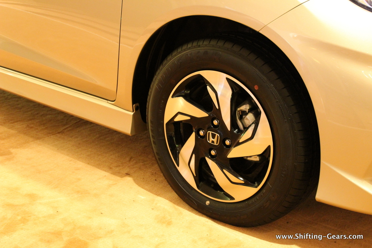 "15"" 5-blade like, dual-tone alloy wheels"