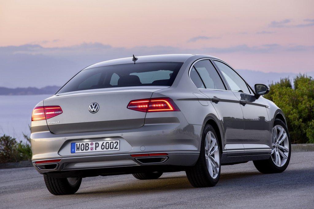 2015-Volkswagen-Passat-4