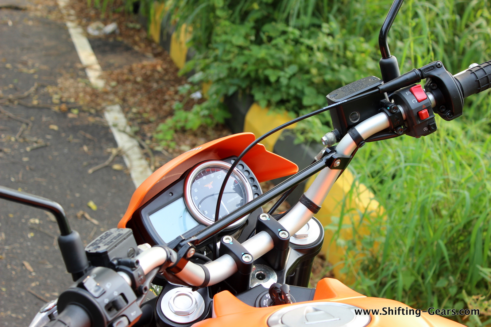Conventional triple clamp handlebar with a connecting rod to ensure that it doesn't bend while the roads are less than perfect