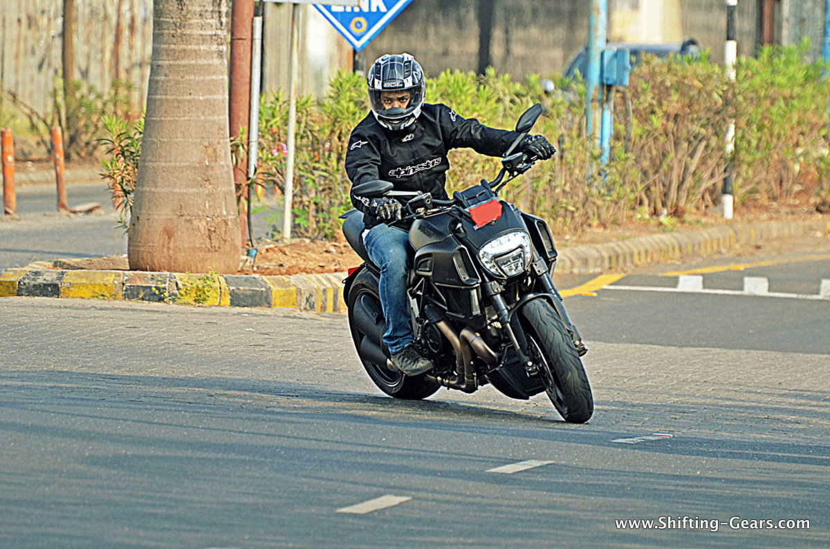 2015-ducati-diavel-india-review-01