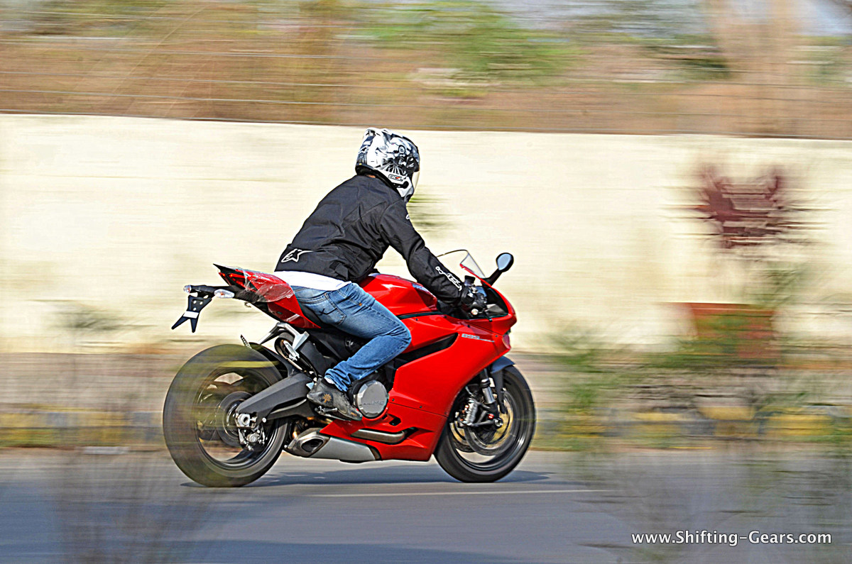 2015-ducati-panigale-899-review-03
