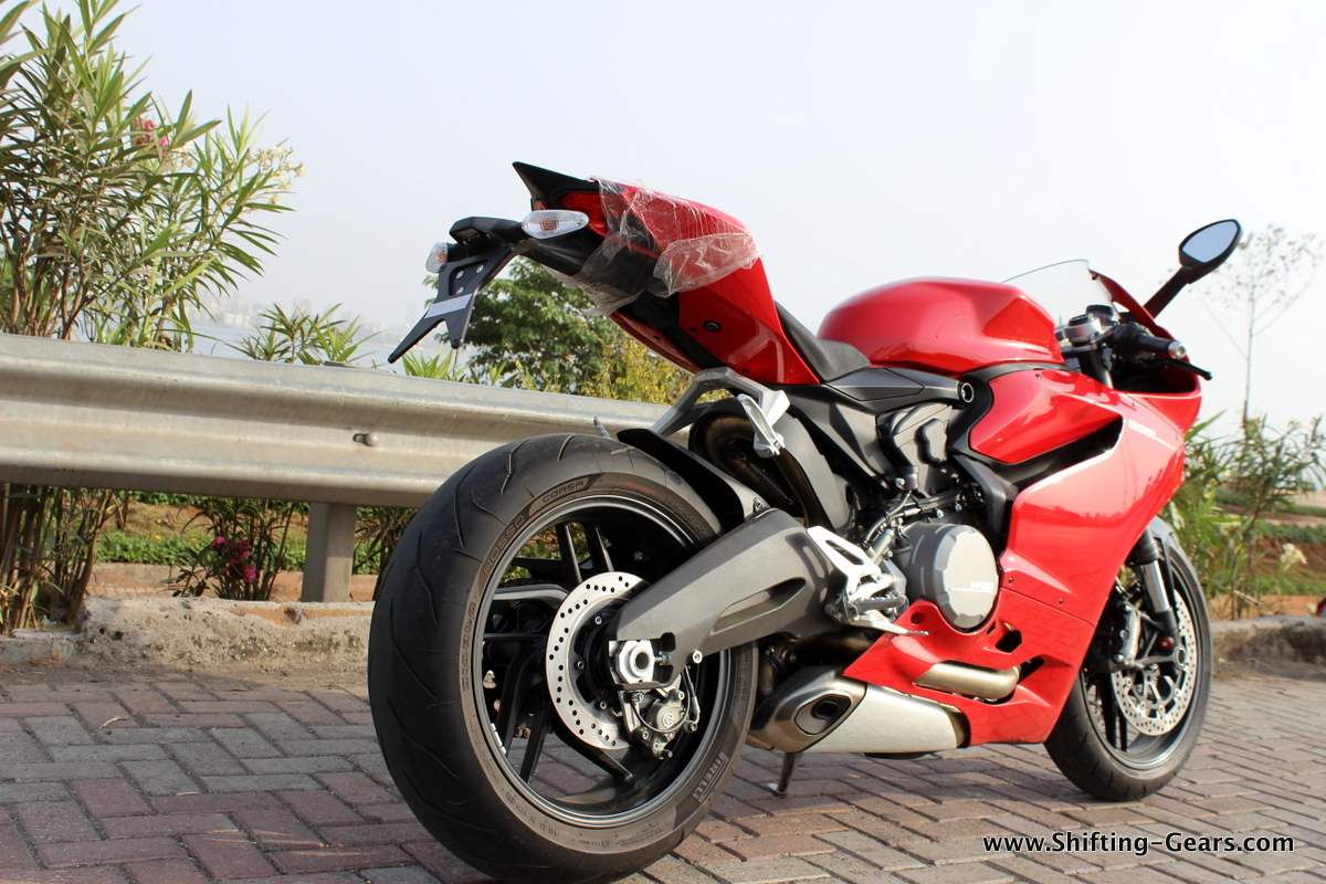 2015-ducati-panigale-899-review-05
