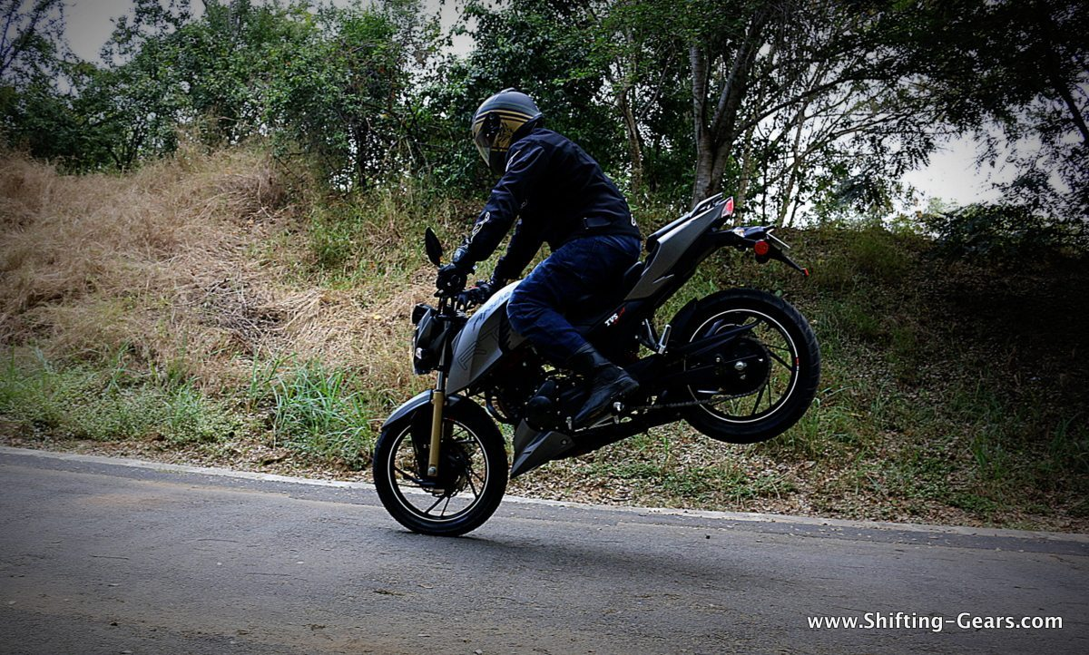 2016-tvs-apache-rtr-200-4v-review-02